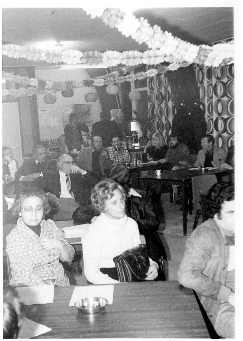 Buurtvergadering, zaaltje van Dijk, jachtwerf, Roomburgerweg op 20 februari 1975