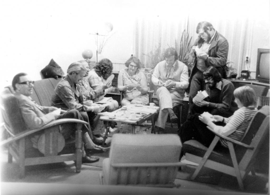 BHW-actiecomité van wbv De Eendracht organiseert weigering huurverhoging en gaat girokaarten ophalen. Bewoners zijn ook tegen renovatieplan Eendracht met 108% huurverhoging. BHW publiceert rapport klachtenonderzoek achterstallig onderhoud. BHW-actiecomité mobiliseert bewoners. Bestuur treedt af. Nieuw bestuur met BHW-leden voert huurstop door vooroorlogse woningen. 1972-1973-1974 BHW-buurtcomité bij elkaar aan de Parkstraat met de opgehaalde Acceptgirokaarten. Deze AC's met huurverhoging werden opgehaald en in plaats daarvan werden blanco overschrijfkaarten uitgedeeld. 1973