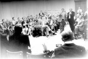 3 september 1973 Op 3 september komt Van Dam naar Leiden. Hij brengt ook een bezoek aan Leiden Noord en zegt dat de woningen in slechte staat zijn en niet in aanmerking komen voor huurverhoging. Hij zegt verder te wachten op het rapport van de NWR en verwijst de bewoners door naar de Huur Advies Commissie. Het BHW-comité gaat door met de weigeringactie van de huurverhoging en inventariseert de wensen van de bewoners voor een renovatieplan. Eindelijk succes: Van Dam kondigt huurstop af. Maar huurharmonisatie gaat door. De BHW claimt het succes: Eindelijk erkenning, de weigeraars van de huurverhoging hebben niet voor niets jaar na jaar, maand na maand stand gehouden ondanks intimidaties en tegenwerking van GWS en HAC. Op de foto: huurdersbijeenkomst met Marcel van Dam. BHW Leiden-Noord, Eendracht, Werkmanswoningen