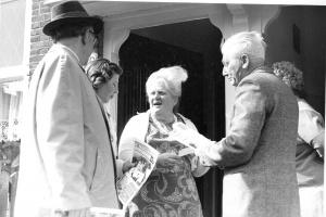 BHW-actiecomité van wbv De Eendracht organiseert weigering huurverhoging en gaat accept-girokaarten ophalen. 1972-1973 Leden van het BHW-buurtcomité bellen aan bij huurders