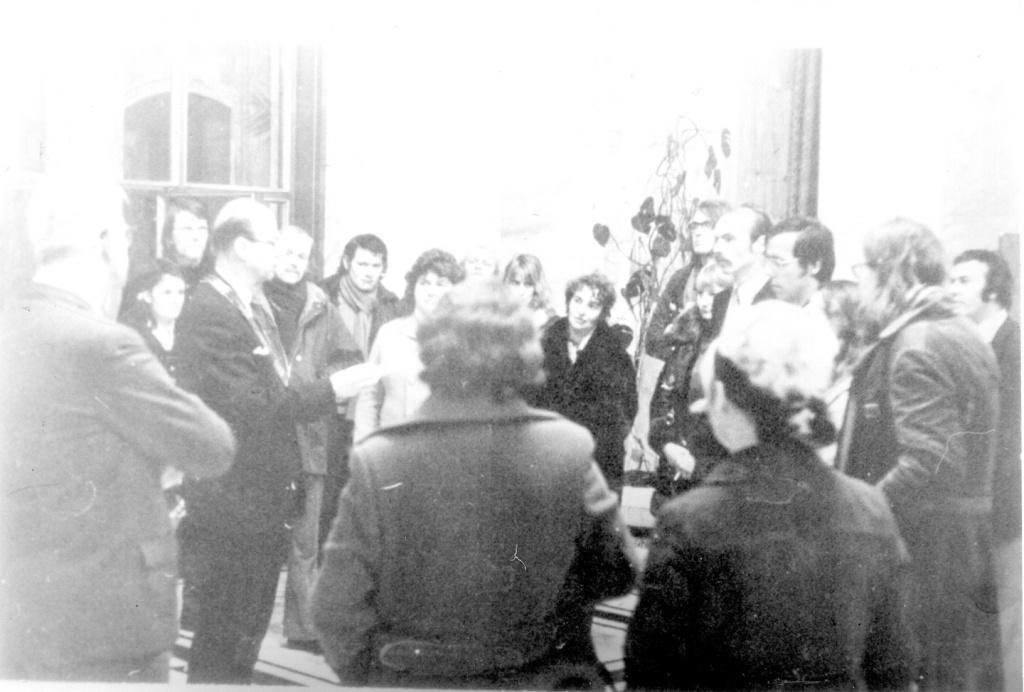 BHW-buurtcomité's bieden petitie aan aan gemeenteraad. Hal Stadhuis. 1973