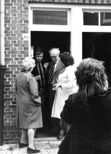 3 september 1973 Op 3 september komt Van Dam naar Leiden. Hij brengt ook een bezoek aan Leiden Noord en zegt dat de woningen in slechte staat zijn en niet in aanmerking komen voor huurverhoging. Hij zegt verder te wachten op het rapport van de NWR en verwijst de bewoners door naar de Huur Advies Commissie. Het BHW-comité gaat door met de weigeringactie van de huurverhoging en inventariseert de wensen van de bewoners voor een renovatieplan. Eindelijk succes: Van Dam kondigt huurstop af. Maar huurharmonisatie gaat door. De BHW claimt het succes: Eindelijk erkenning, de weigeraars van de huurverhoging hebben niet voor niets jaar na jaar, maand na maand stand gehouden ondanks intimidaties en tegenwerking van GWS en HAC. Op de foto's: huurdersbijeenkomst met Marcel van Dam. Marcel van Dam bezoekt Leiden Noord. In gesprek met BHW-buurtcomité-lid Co Vermeer. BHW Leiden-Noord, Eendracht, Werkmanswoningen
