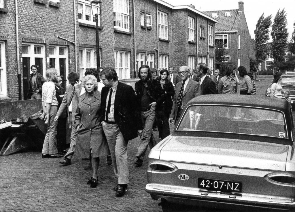 3 september 1973 Op 3 september komt Van Dam naar Leiden. Hij brengt ook een bezoek aan Leiden Noord en zegt dat de woningen in slechte staat zijn en niet in aanmerking komen voor huurverhoging. Hij zegt verder te wachten op het rapport van de NWR en verwijst de bewoners door naar de Huur Advies Commissie. Het BHW-comité gaat door met de weigeringactie van de huurverhoging en inventariseert de wensen van de bewoners voor een renovatieplan. Eindelijk succes: Van Dam kondigt huurstop af. Maar huurharmonisatie gaat door. De BHW claimt het succes: Eindelijk erkenning, de weigeraars van de huurverhoging hebben niet voor niets jaar na jaar, maand na maand stand gehouden ondanks intimidaties en tegenwerking van GWS en HAC. Op de foto's: huurdersbijeenkomst met Marcel van Dam. Marcel van Dam bezoekt Leiden Noord. BHW Leiden-Noord, Eendracht, Werkmanswoningen