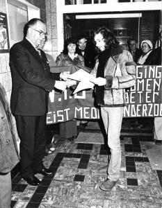 Fred Rohde biedt samen met een grote groep ongeruste buurtbewoners namens het VIB handtekeningen aan aan burgemeester Van Der Have