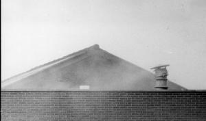 Eternietzagerij Kruyt te Leiderdorp verspreidt stof met asbest in de wijk. Buurtbewoners voeren met hulp van de Vereniging Voorkomen is Beter (VIB) actie. 1976