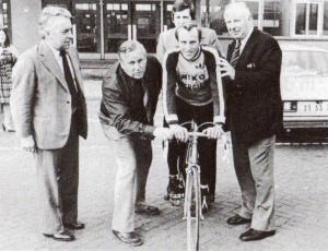 Joop Riethoven en André de Jong op de foto met Joop Zoetemelk voor de ingang van de Groenoordhallen