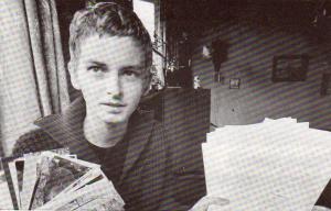 De 17-jarige leukemiepatiënt Peter Stutvoet met handtekeningen tegen sluiting van ziekenhuizen