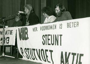 'Peter Stutvoet'-comité gesteund door Vereniging Voorkomen is Beter en de SP Hulp- en informatiedienst 1979. Patiënten die behandeld moeten worden in het Academisch Ziekenhuis van Groningen moeten op en neer reizen van huis naar ziekenhuis terwijl er veel bedden leeg staan vanwege bezuinigingen. Peter Stutvoet de initiatiefnemer van het comité was dezelfde morgen van de protestvergadering in Leeuwarden 8 november 1979 overleden. Filmacteur Rutger Hauer voert daar het woord in aanwezigheid van 600 mensen. Er worden overal in het land handtekeningen opgehaald. Op dat moment al 150.000. 19 november 1979 worden de handtekeningen demonstratief in Den Haag aangeboden in het ministerie van O&W. Hier een bijeenkomst 14 november 1979 in Emmen met achter de tafel vlnr Rutger Hauer, Agnes Pasman (Peter Stutvoet-comité) en Ike Hylkema (voorzitter VIB Emmen)