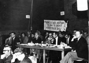 Huurdersvergadering Spandoek van BHW-buurtcomité Werkmanswoningen 1971-1977