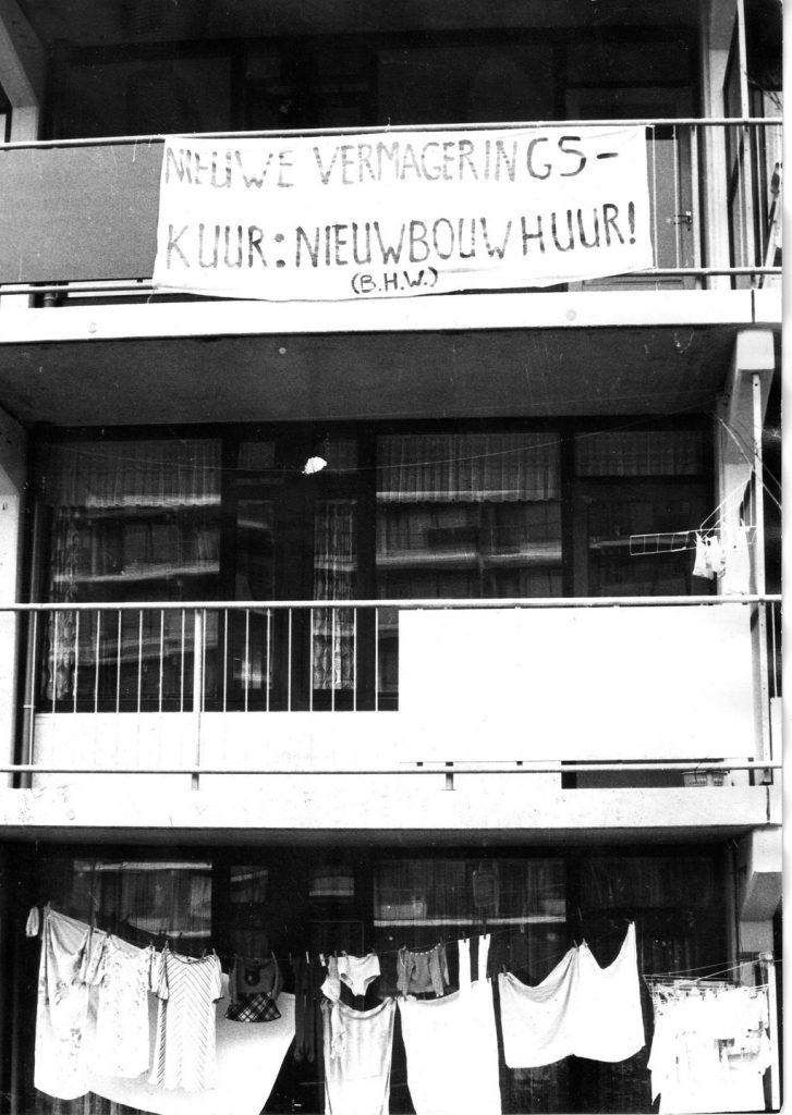 Bewoners van de nieuwbouwflats aan de Horsten in de Merenwijk te Leiden kwamen in actie voor voorzieningen in de wijk en tegen de hoge huren. Georganiseerd in de BHW hielden zij f 75,- van de huur in. 1973-1974.