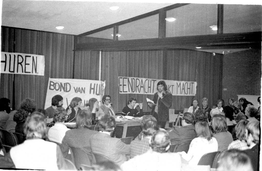 BHW Merenwijk buurtvergadering 4-2-1974. Aan het woord Willem Piket. Achter de tafel Gerard Harmes
