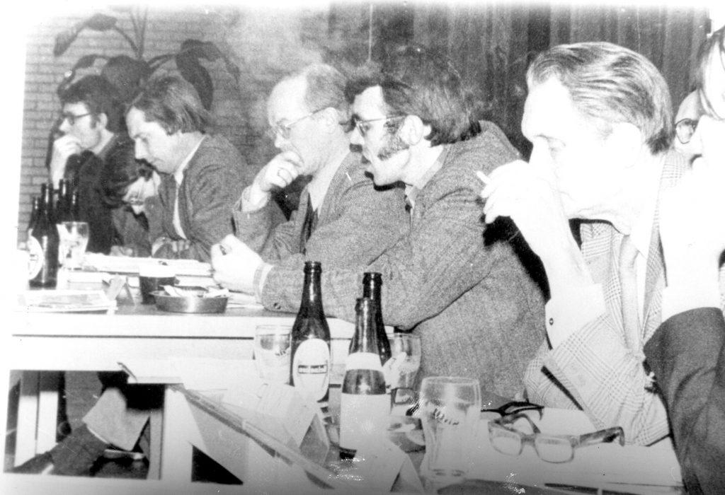 Verkiezingsforum in de Merenwijk 5-3-1974. vrnl Dries Hoeven, Hans de Bres, voorzitter Kamphuis
